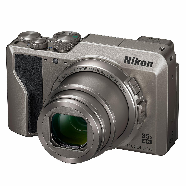 Nikon Coolpix A1000 compact camera Zilver <br/>€ 369.00 <br/> <a href='https://www.cameranu.nl/fotografie/?tt=12190_474631_241358_&r=https%3A%2F%2Fwww.cameranu.nl%2Fnl%2Fp2917215%2Fnikon-coolpix-a1000-compact-camera-zilver%3Fchannable%3De10841.MjkxNzIxNQ%26utm_campaign%3D%26utm_content%3DCompact%2Bcamera%26utm_source%3DTradetracker%26utm_medium%3Dcpc%26utm_term%3DDigitale%2Bcamera%26apos%3Bs' target='_blank'>naar de winkel</a>