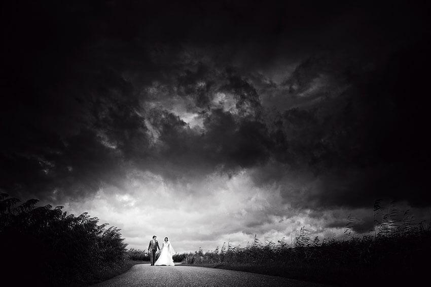 Bruidspaar met zware buienlucht